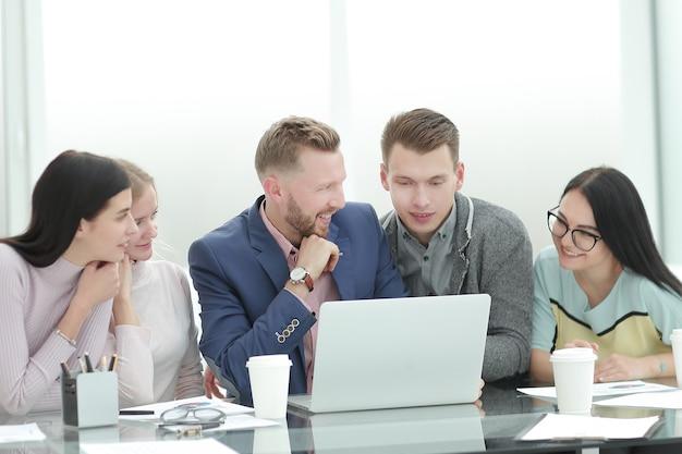 新しい契約の条件について話し合う従業員のグループ