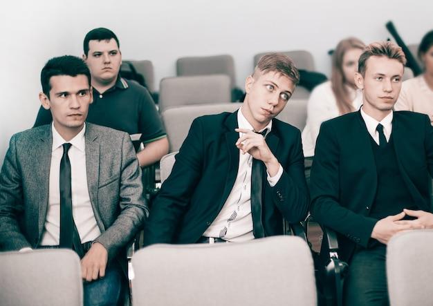 会議場に座っている従業員のグループ