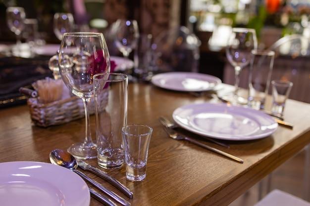 レストランの空の透明なシャンパングラスのグループ。バーテンダーがシャンパン用に用意したテーブルの上のきれいなグラス。