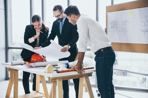 함께 사업 계획을 논의하는 엔지니어 그룹
