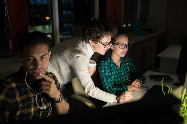 Группа предпринимателей, работающих ночью