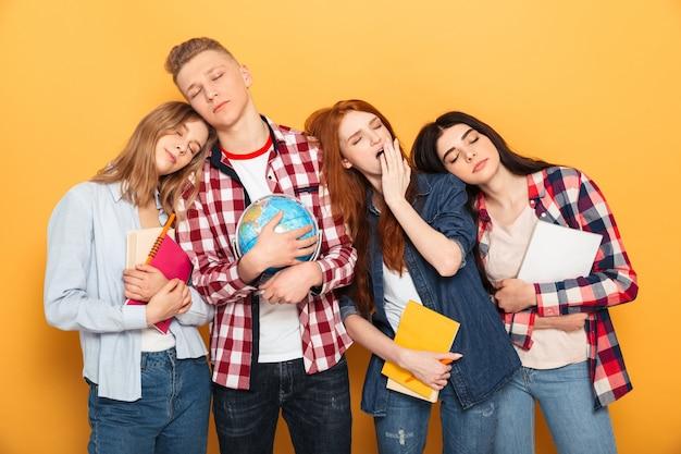Группа измученных школьных друзей спит