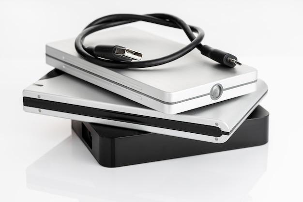 Группа внешнего жесткого диска на белом столе. концепция хранения данных hdd