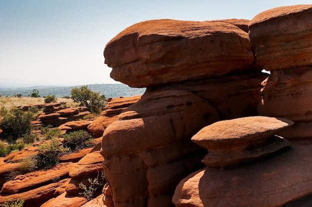 Группа желто-красных скал фантастической формы на южноафриканском плато магалисберг