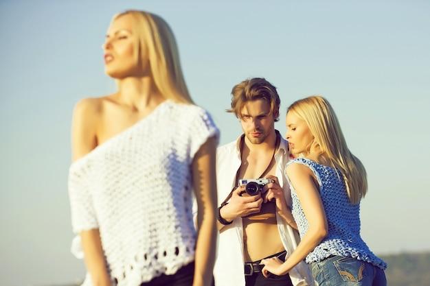 屋外のファッション若者のグループ