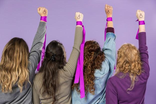 함께 항의하는 여성 운동가의 그룹