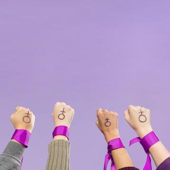 Группа женщин-активисток, протестующих вместе