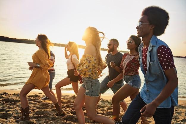 日没時にビーチで走っている悪鬼のグループ