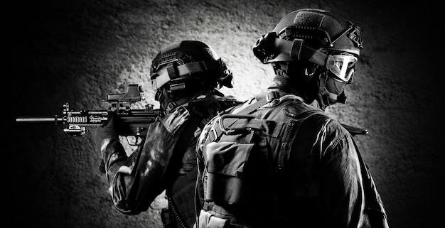Группа бойцов спецподразделения прикрывает отход членов своей команды. смешанная техника