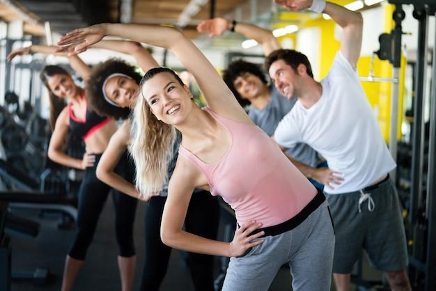 운동하는 체육관에서 맞는 젊은 사람들의 그룹
