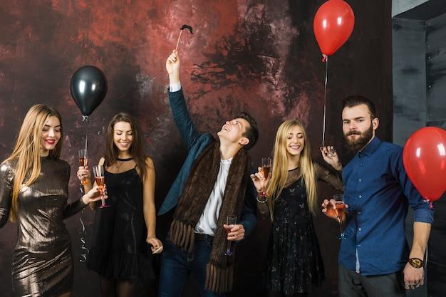 2018 파티를 갖는 다섯 친구의 그룹