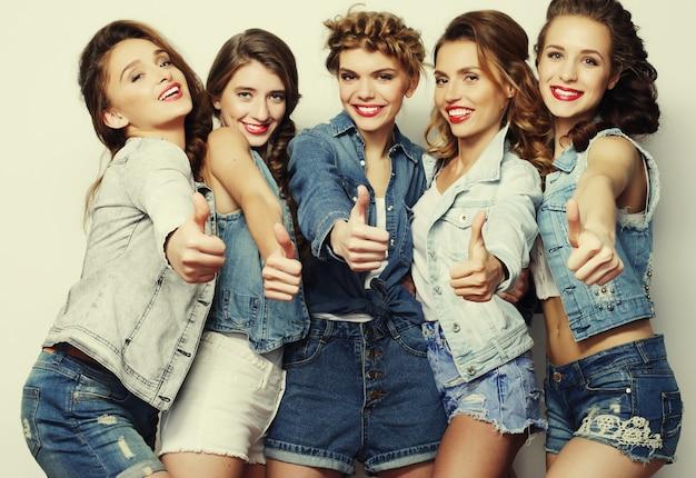 5명의 여자 친구 그룹, 즐거운 시간을 보내세요.