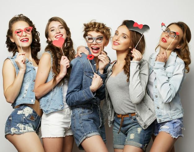 5人のガールフレンドのグループ、楽しみのための幸せな時間。