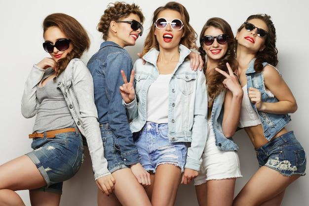 5人の女の子の友人のグループ