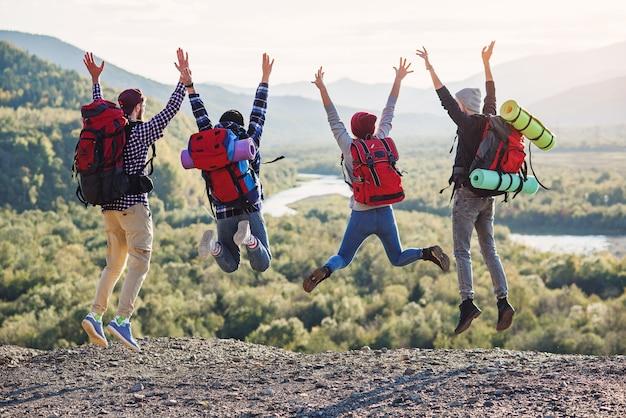 일몰 시간에 다섯 행복 친구의 그룹 점프