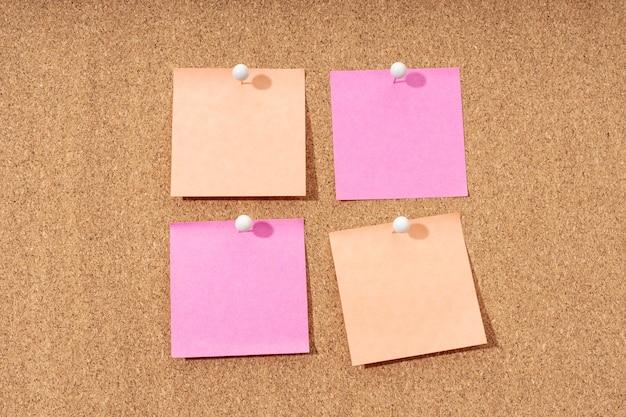 텍스트 및 푸시 핀을 추가하기위한 코르크 보드에 4 개의 빈 메모 그룹