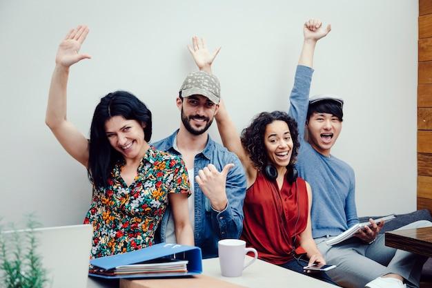 新会社の成功を祝う4人の多民族起業家のグループ