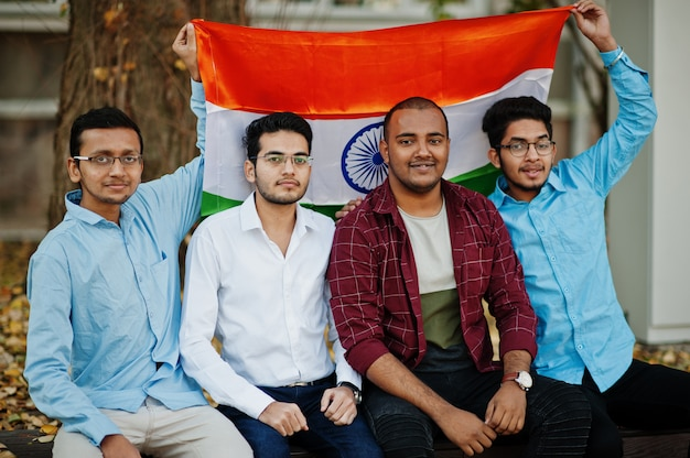 インドの旗を持つ4つの南アジアのインド人男性のグループ。