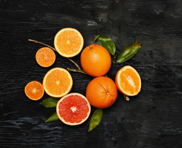 素朴なテーブルに新鮮な果物のグループ