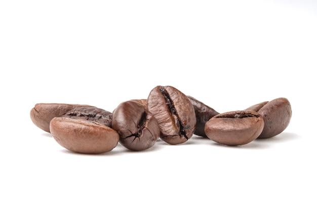 分離された新鮮なローストダークブラウンアラビカコーヒー豆のグループ