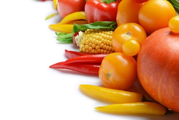 Группа свежих овощей на белом фоне