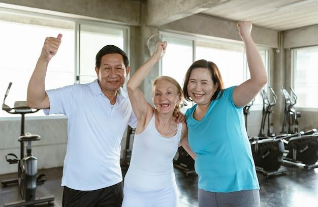 친구 노인의 그룹 체육관에서 행복합니다. 노인 운동 건강한 생활 방식.