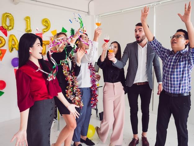 Группа друзей наслаждаясь вечеринкой у себя дома, party after work