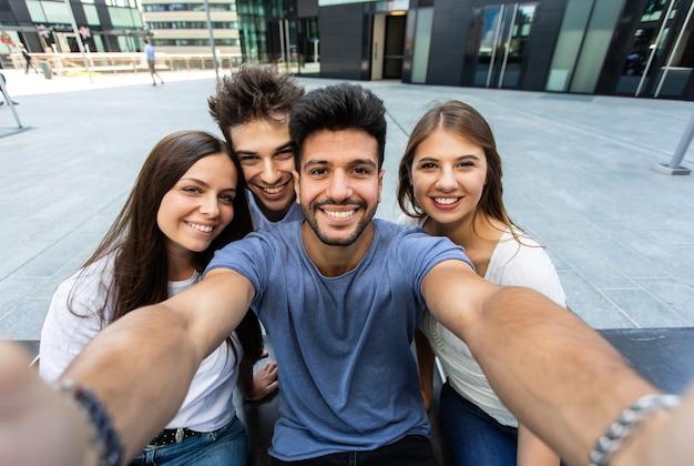 一緒に自分撮り写真を撮る友人のグループ、視点