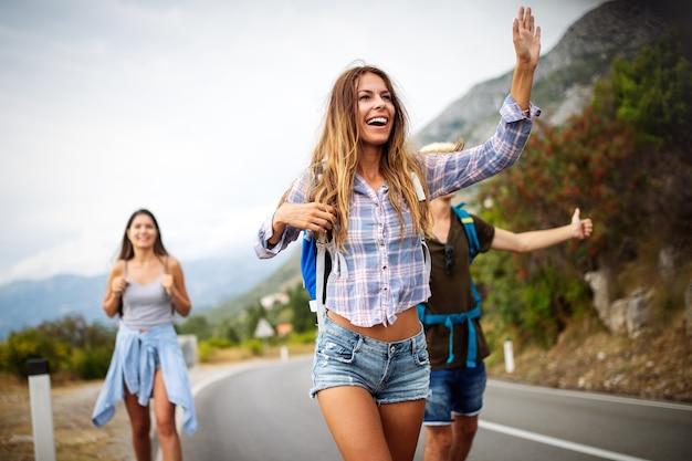 걷고 즐거운 시간을 보내는 친구 여행자 그룹. 여행 라이프 스타일 및 계절 휴가 개념