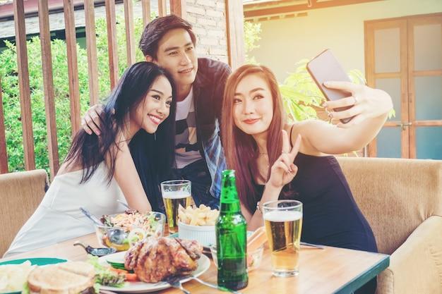 친구의 그룹은 셀카를 복용하고 음식을 먹고 집에서 즐기는 행복