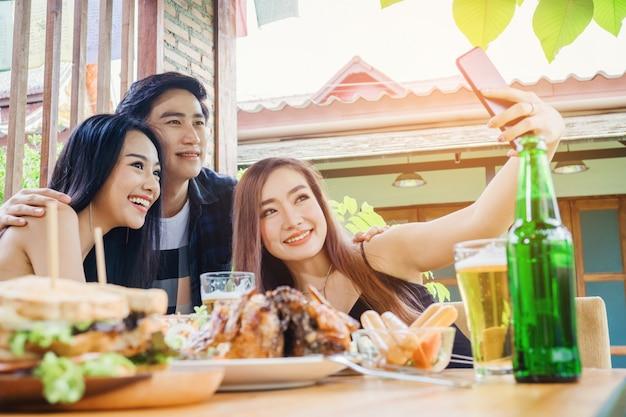 Группа друзей занимается самообслуживанием, а еда - счастливой, наслаждающейся у себя дома
