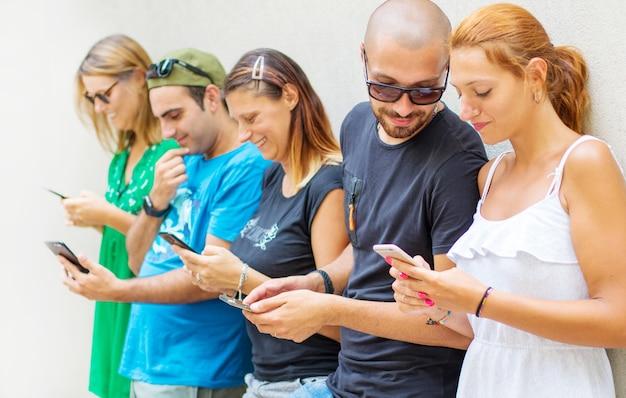 친구의 그룹은 스마트 휴대 전화를보고 프리미엄 사진