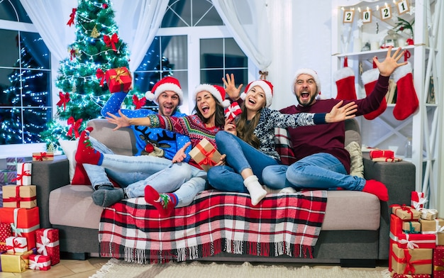クリスマスの時期に家にいる友達のグループ