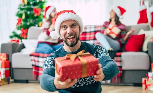 サンタの帽子をかぶって家にいる友達のグループ