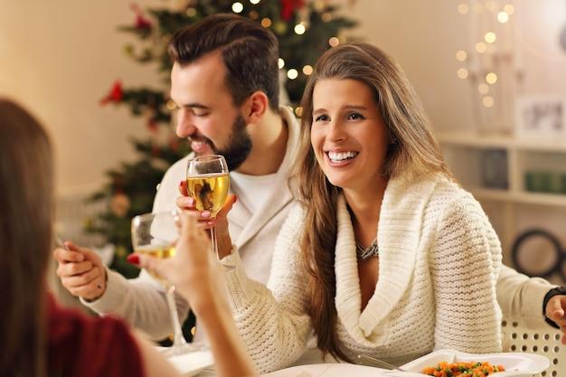 家でクリスマスを祝う友人のグループ