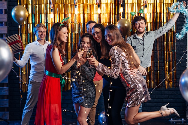Группа друзей празднуют, рождество, новый год