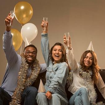 新年のコンセプトを祝う友人のグループ