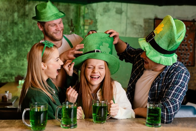 세인트를 축하하는 친구의 그룹입니다. 음료와 함께 패트릭의 날