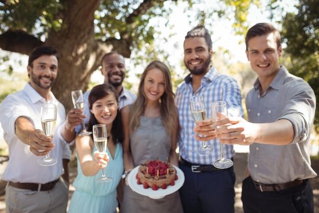 屋外レストランで梨花の誕生日を祝っている友人のグループ