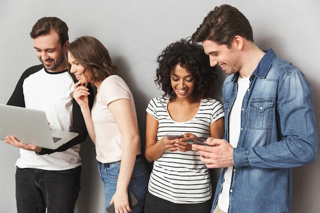 携帯電話でチャットの友人のグループ。