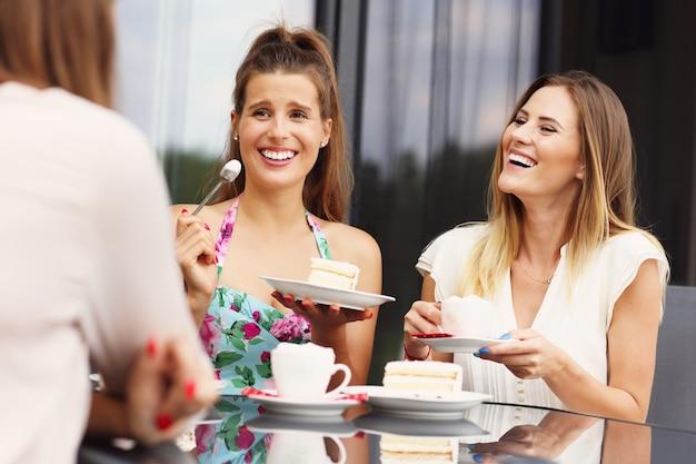 カフェでおしゃべりする友達のグループ