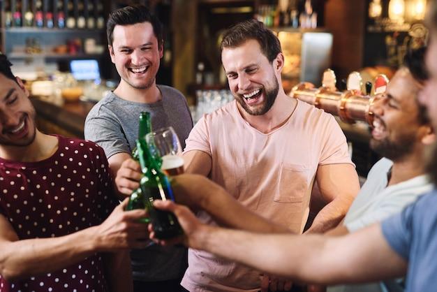 술집에서 음료와 함께 차가워지는 친구들의 그룹