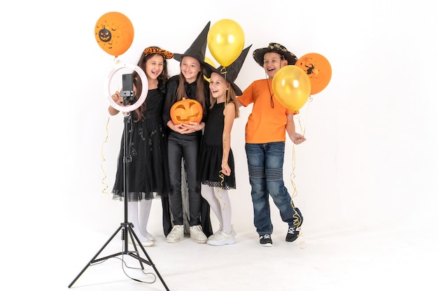 Группа друзей в костюмах на хэллоуин снимает видео