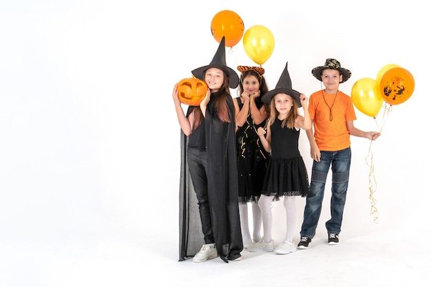 Группа друзей в костюмах на хэллоуин