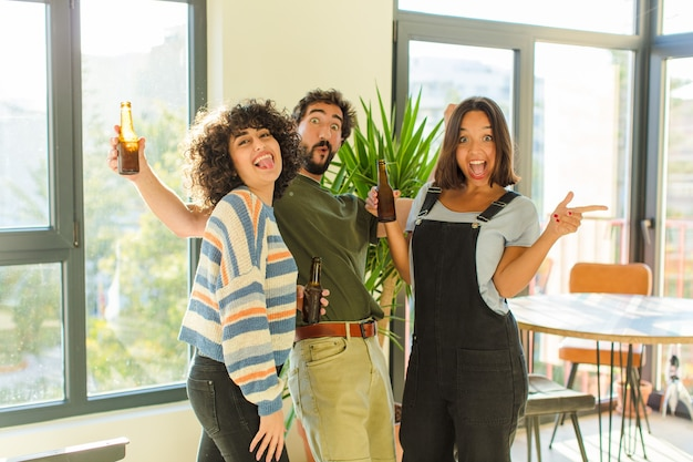 새 집에서 편안하고 행복한 맥주를 마시는 친구의 그룹