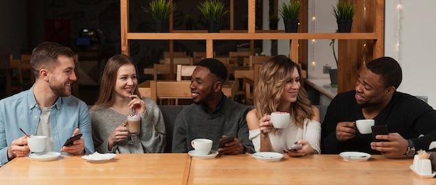 Группа друзей, пить кофе