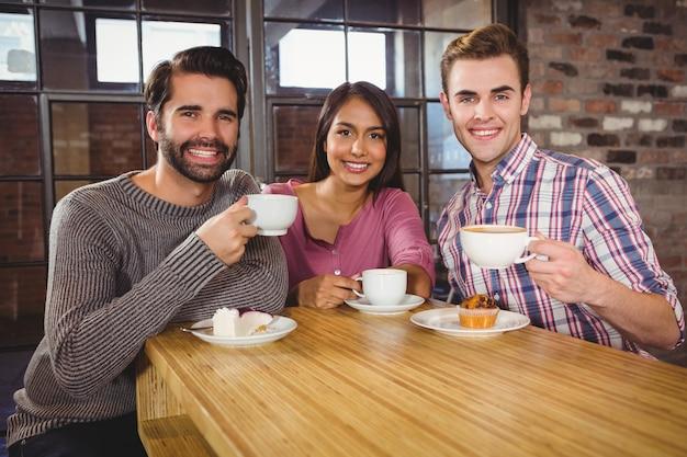 朝食を楽しむ友人のグループ
