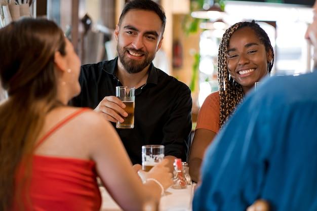 바 또는 펍에서 함께 맥주 한 잔을 즐기는 친구들. 친구 개념입니다.