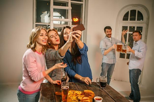 Группа друзей девушек, делающих селфи фото
