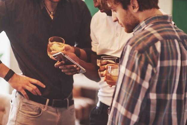 Группа друзей парней с бокалами виски. концепция вечеринки, мальчишник, парикмахерская.